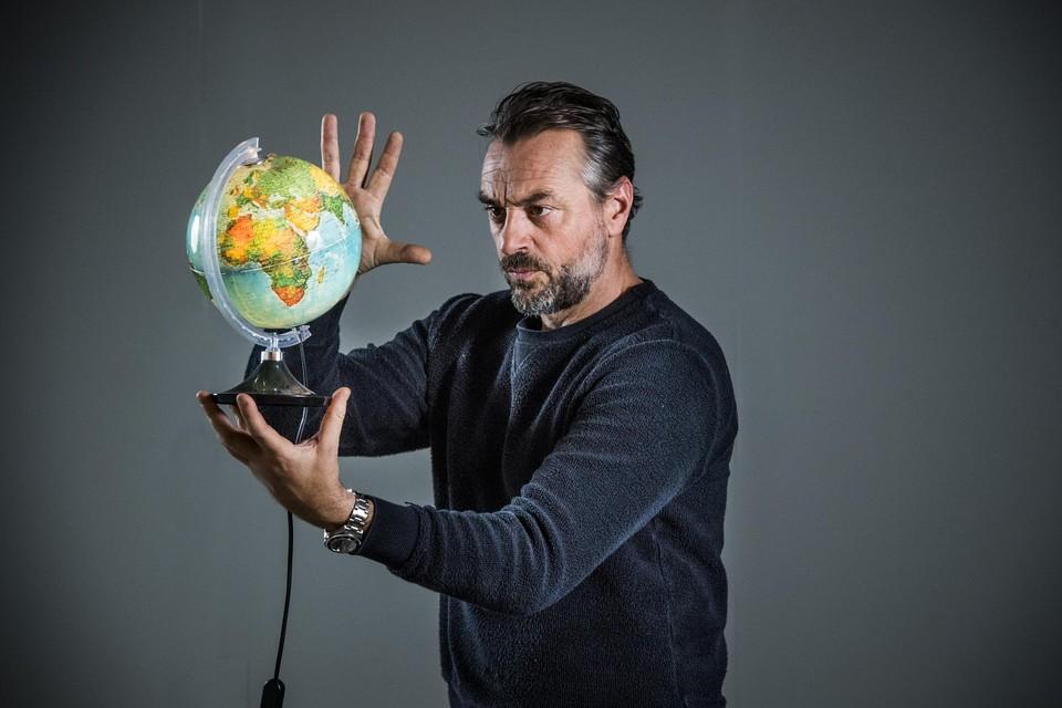 """In 'Reizen Waes Vlaanderen' doet de globetrotter in Tom Waes het noodgedwongen wat kleiner en kalmer. """"Mocht de wereld morgen weer normaal zijn, pak ik meteen mijn koffers. Maar het is hier ook fantastisch, hoor."""""""