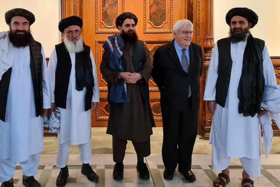 VN-noodhulpcoördinator Martin Griffiths (tweede van rechts) ontmoette onder anderen talibanleider Abdul Ghani Baradar (rechts).