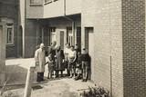 thumbnail: Karel Van Peer en zijn familie staan enkele tientallen jaren geleden bij het naaiatelier van de kledingzaak in Poederlee.