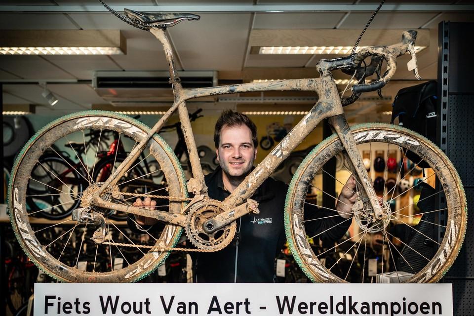 Niels Albert heeft de drie fietsen waarmee Wout van Aert wereldkampioen in het veld werd, in zijn winkel staan.