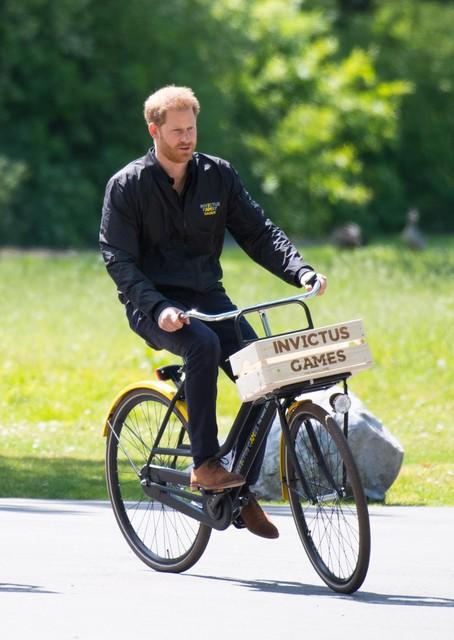 Prins Harry op de fiets in 2019, toen hij in Den Haag was om zijn Invictus Games te promoten.