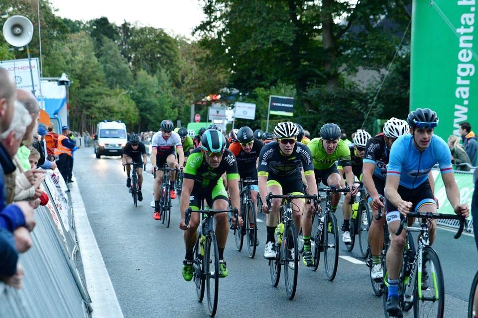 De wielrenners van de kermiskoers rijden vrijdagavond twaalf ronden door het centrum van Beerse.