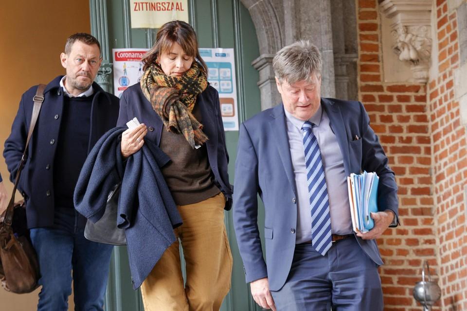 De Pauw met echtgenote Ines De Vos en advocaat Michaël Verhaeghe.