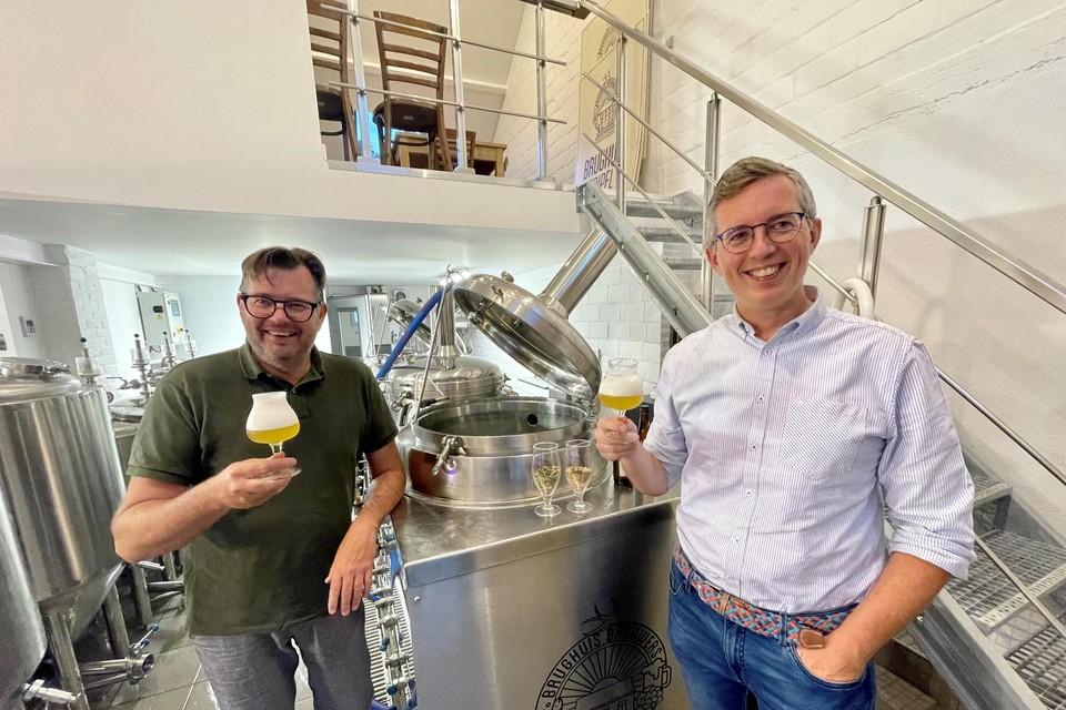 """""""De Saison typeert zich door zijn romige kraag"""", zegt Brughuis-brouwer Piet De Smet (links)."""