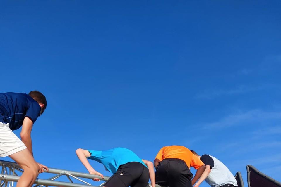 De leerlingen van Sint-Martinus ASO mochten al klauteren op het parcours.