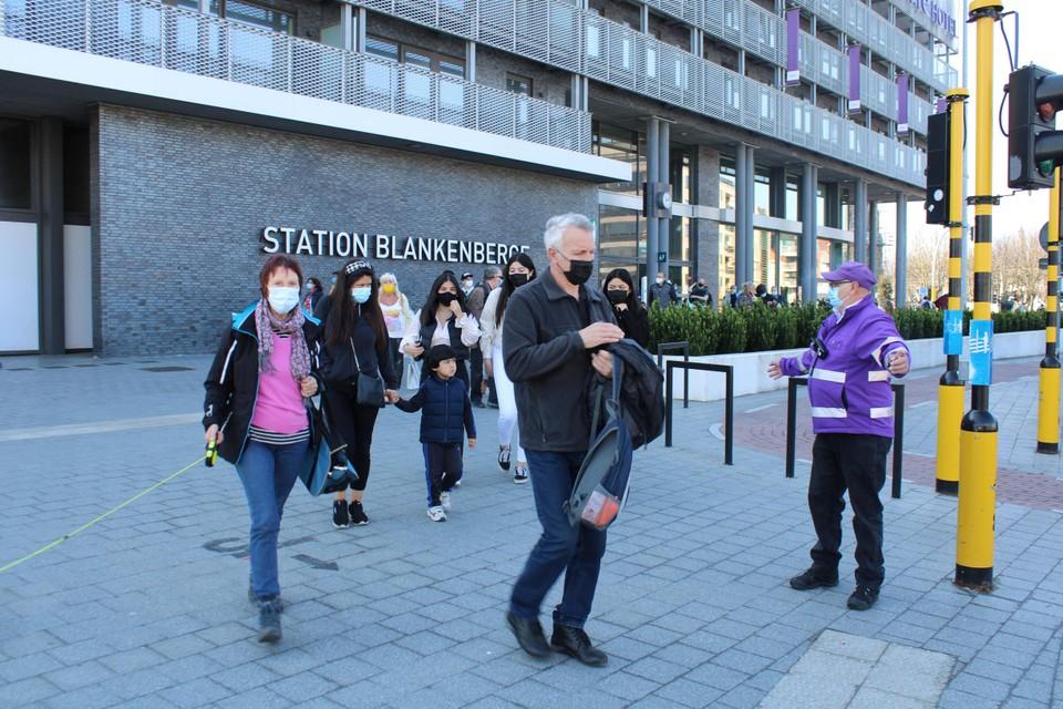 In Blankenberge proberen de stadswachten de dagjestoeristen wat te spreiden.