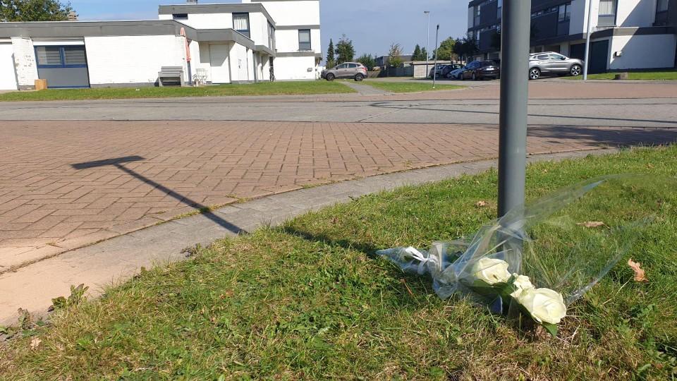 Er werden bloemen geplaatst vlakbij de plaats waar de jongen gevonden werd