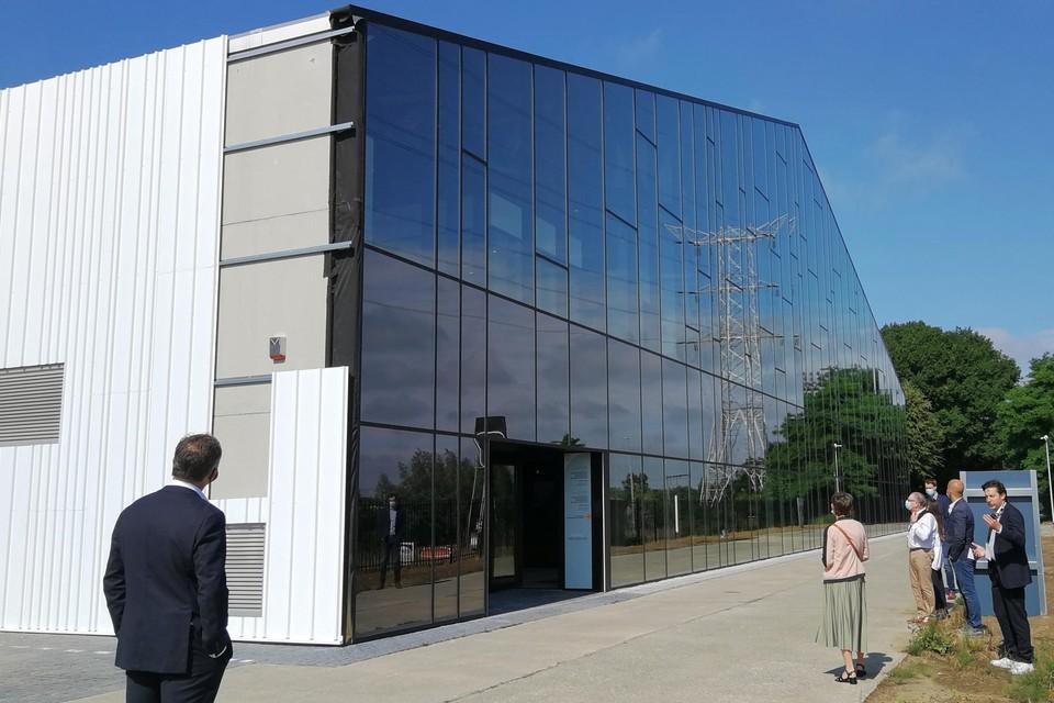 De enorme glazen voorgevel in de vorm van een oude legerloods is de blikvanger van The Cool Factory naast de Lierseweg in Herentals.