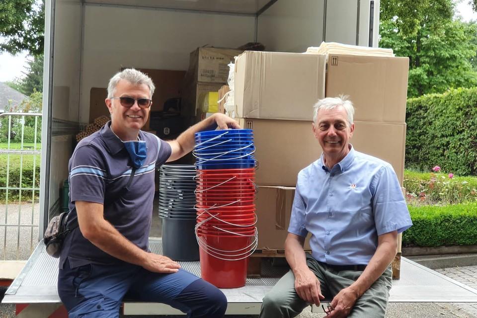 Bob Schoepen Jr. en Johan Wijnen van een schoonmaakhandel uit Turnhout hebben een kleine vrachtwagen vol met poetsmateriaal geladen. Ze brachten maandag de producten zelf naar een deelgemeente van Verviers.
