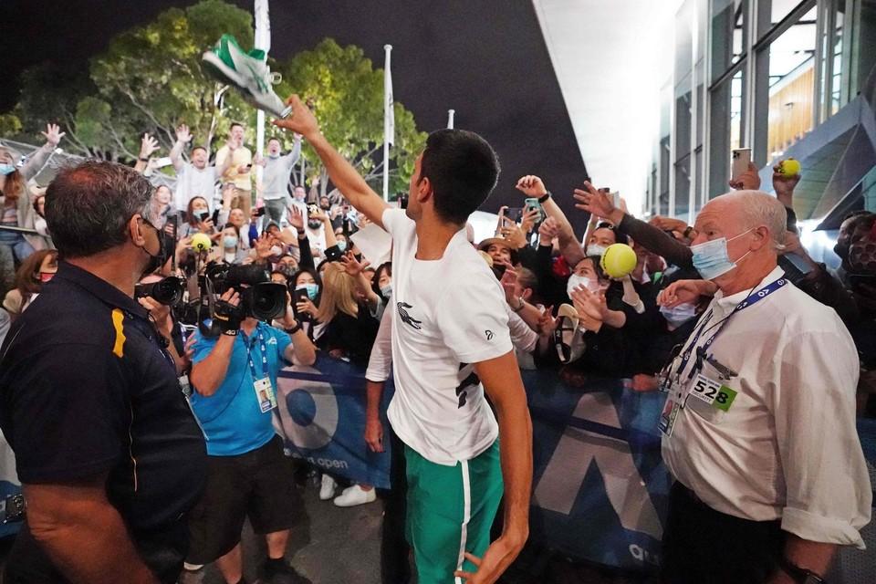 Novak Djokovic maakt na zijn gewonnen finale een fan blij met een gehandtekende schoen.