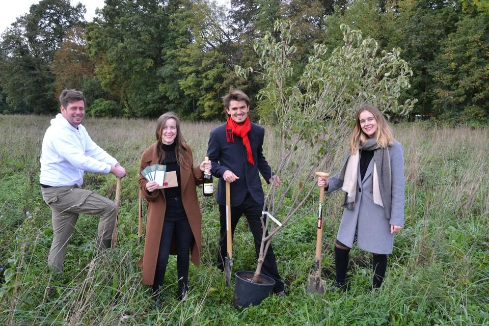 Bart, Louis, Laurien en Astrid hebben op de Putberg de eerste boom van 'The Biggest Three plant' in de grond gestoken.