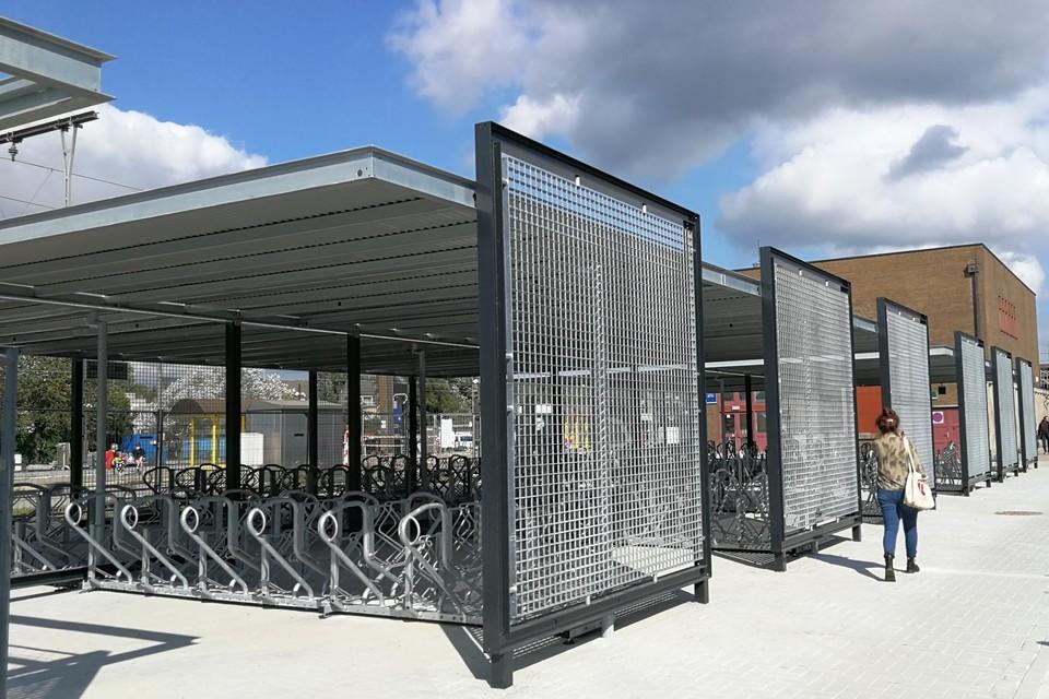 Het eerste deel van de nieuwe overdekte fietsenstalling is afgewerkt.