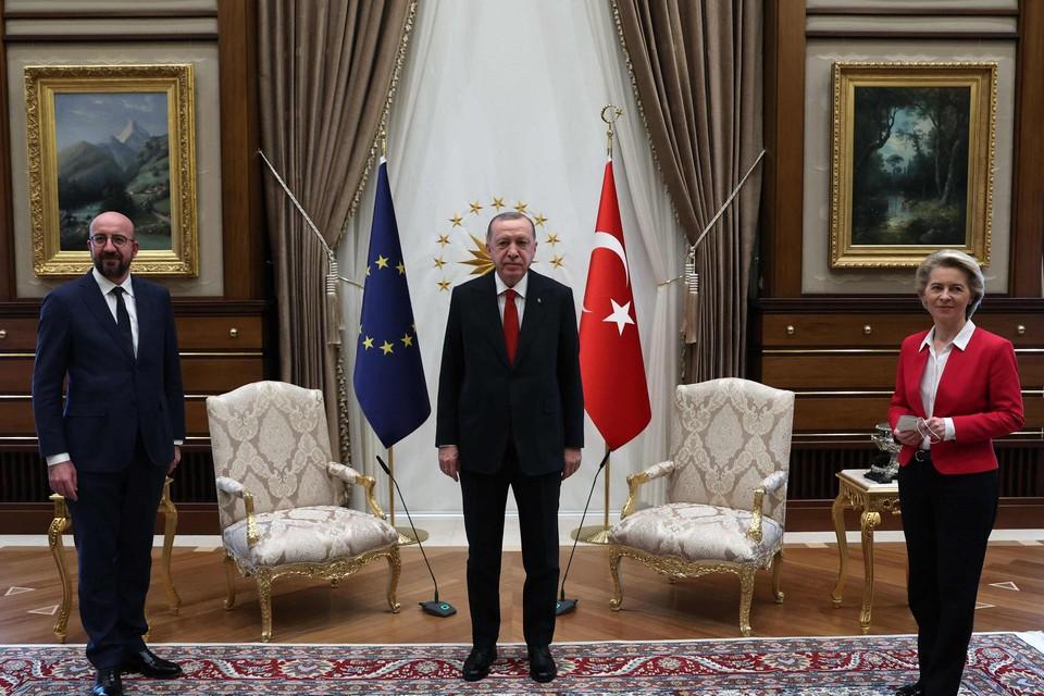 Charles Michel, Tayyip Erdogan en Ursula von der Leyen in de grote zaal van het presidentieel paleis in Ankara. Let op de twee stoelen achter hen.