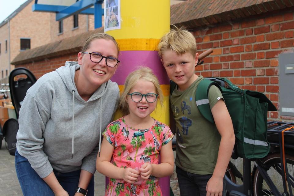 Hanne Nevelsteen, hier met zoon Mathiz en dochter Lenthe, vreest dat de maatregelen de problemen verleggen.