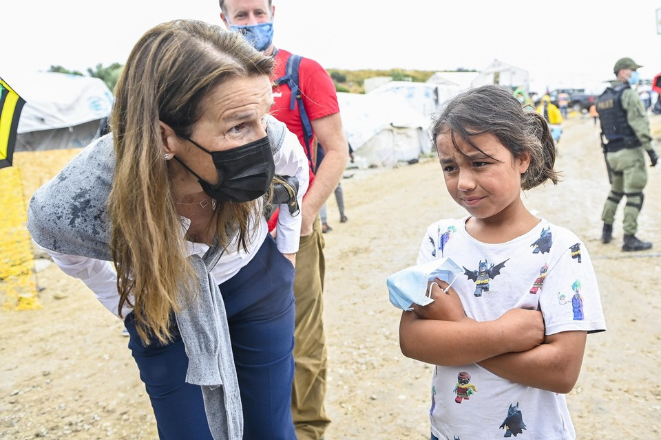 Minister Sophie Wilmès sprak met een meisje uit het kamp.