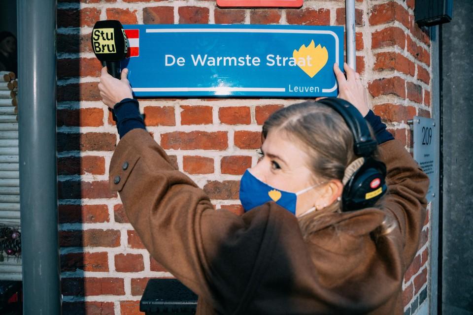 Eva De Rool ging het straatnaamplaatje in Leuven al aanpassen.