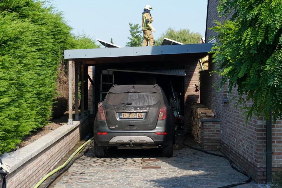 De brandweer duwde de wagen uit de garage.