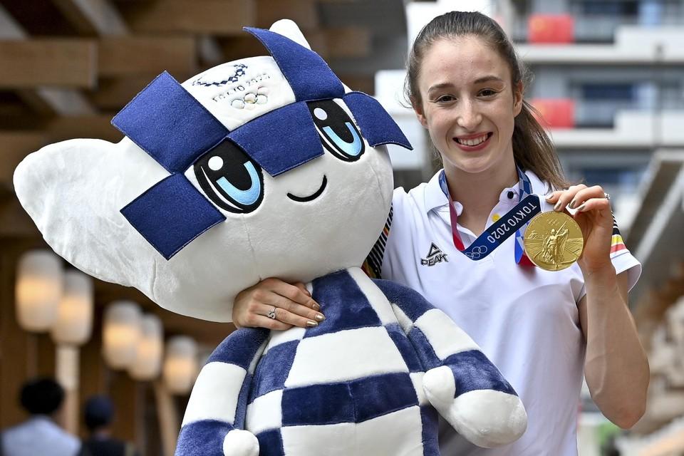 Nina Derwael poseert met mascotte en gouden medaille.