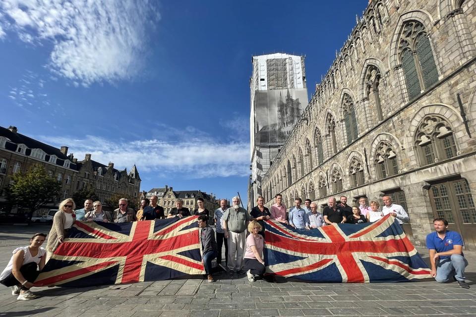 De toeristische ondernemers willen hun trouwe Britse klanten terug en maakten dat donderdag duidelijk met een symbolische actie met Britse vlaggen en kopjes thee op de Grote Markt van Ieper.