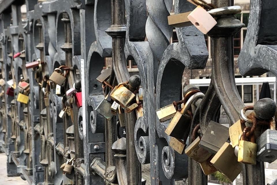 Heel wat Gentse koppels bezegelen hun liefde met een slotje aan de Sint-Michielsbrug.