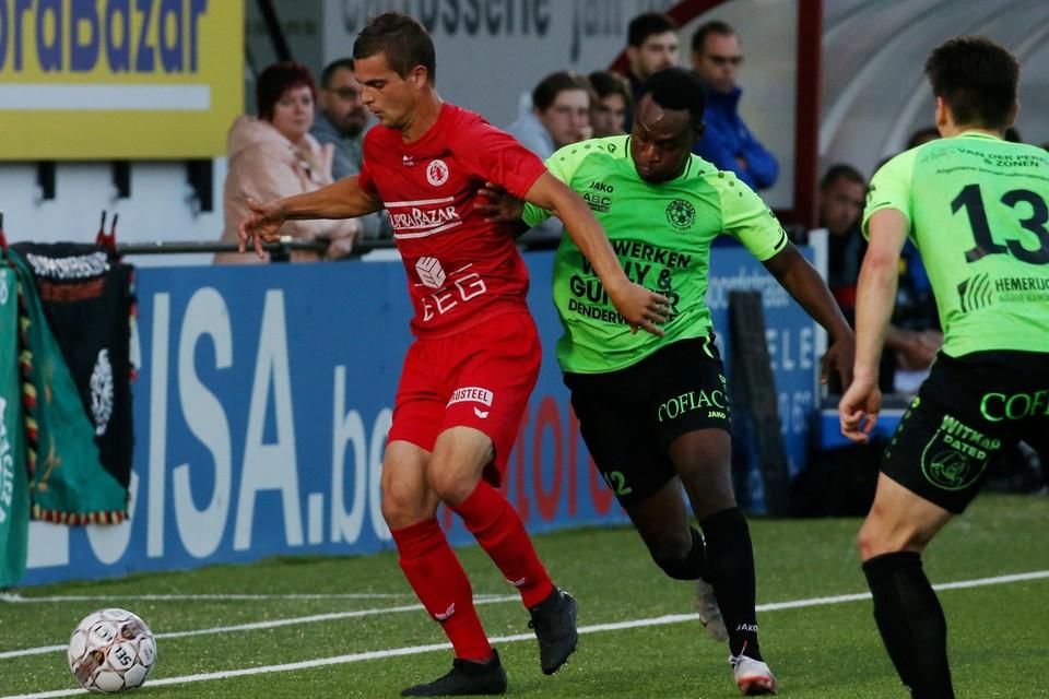 Carlo Damman (rood) houdt bezoeker André Ntambue af.