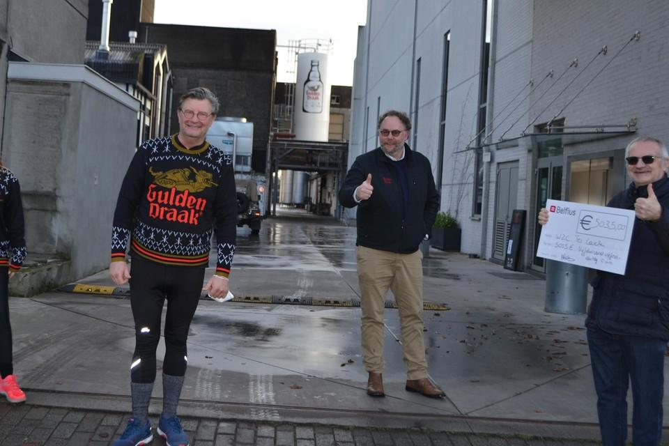 Huisarts Alain Bogaert (tweede van links) wandelt voor de goede zaak én zichzelf.
