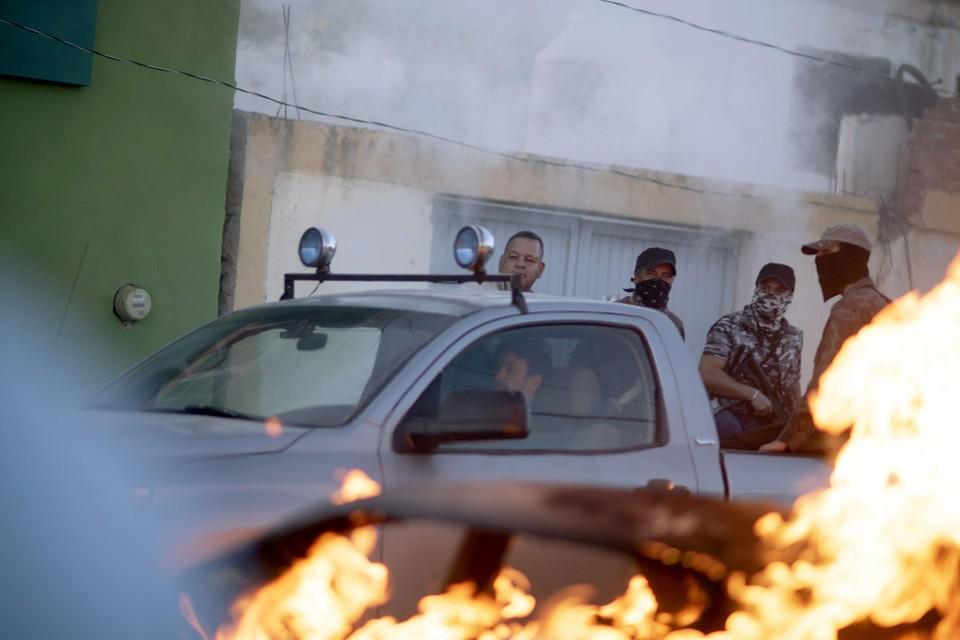 Kartelhandlangers voeren een raid op het dorpje Allende uit.