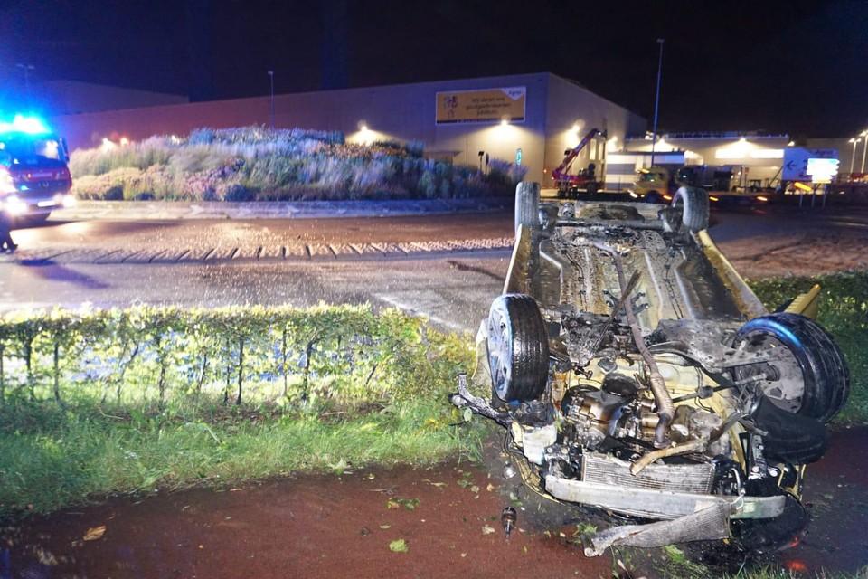 De automobilist knalde over de rotonde en belandde op zijn dak.