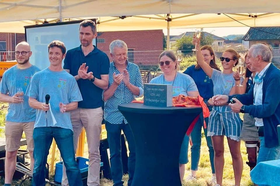 De vzw JAO legde samen met het gemeentebestuur symbolisch de eerste steen van nieuwe lokalen voor de scouts Aurora uit Oetingen.
