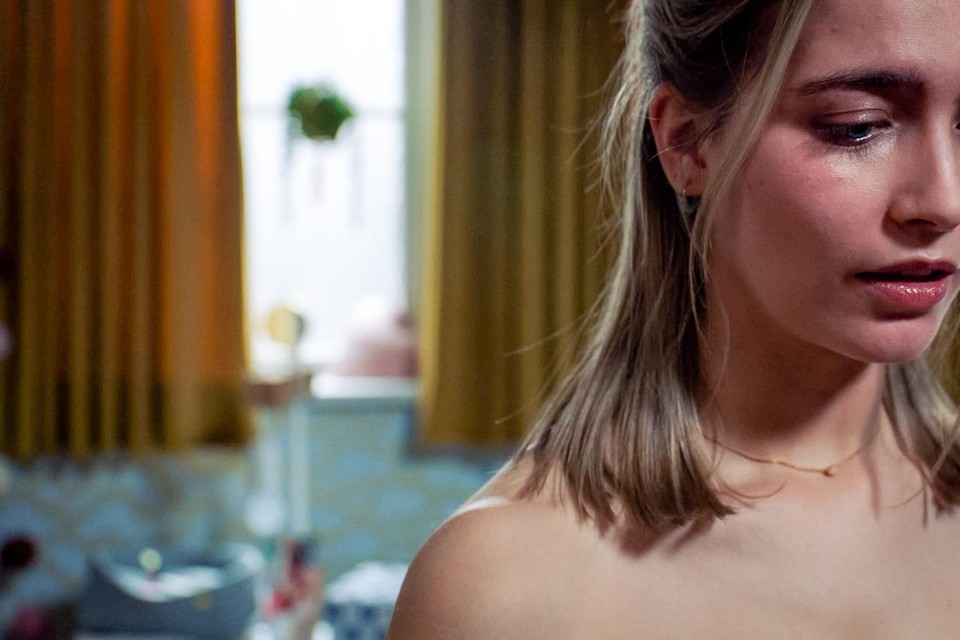 Lisa (Tinne Oltmans) zag de liefde van haar leven onder een auto lopen.