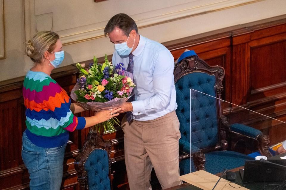Piryns kreeg bloemen van de gemeenteraad uit handen van burgemeester Bart De Wever.