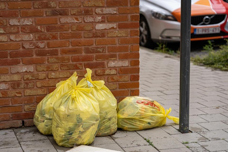Gele zakken mogen niet meer, maar zijn her en der nog te zien op straat.