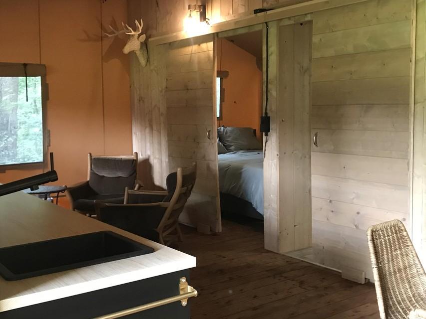 Binnen is er veel hout gebruikt.