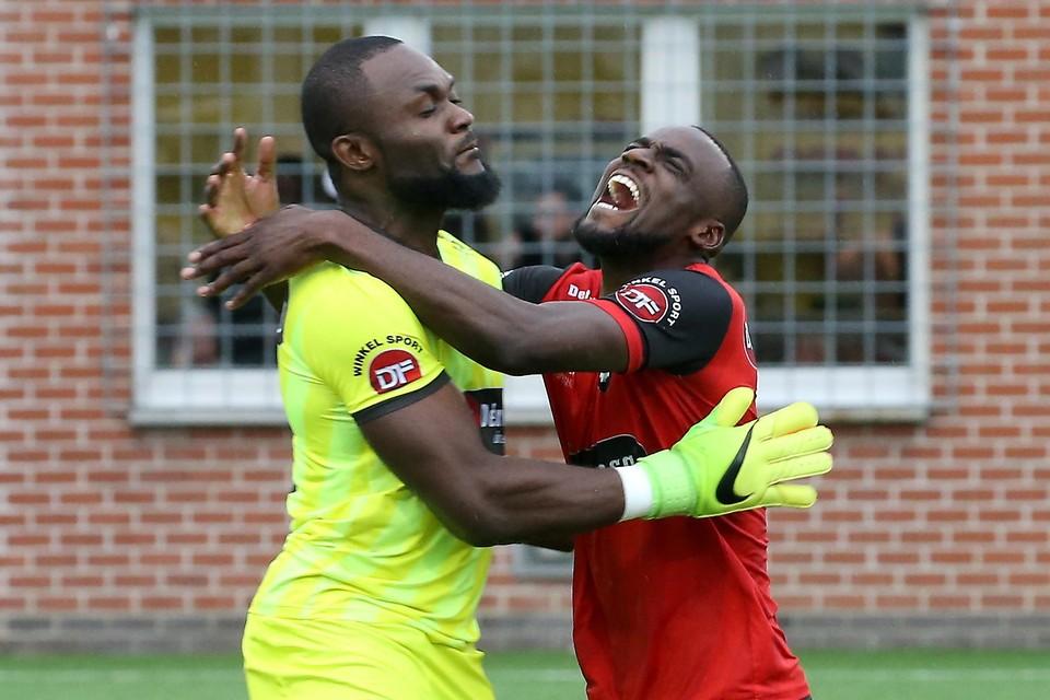 """Boris Kudimbana (rechts) met zijn broer en doelman Mulopo: """"Mijn overstap naar Winkel was een uitgelezen kans om verenigd te worden."""""""