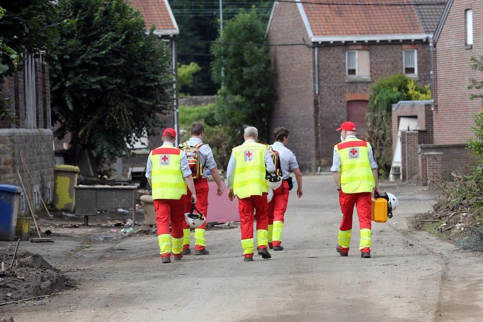 Medewerkers van het Rode Kruis aan het werk in Trooz, een van de zwaarst getroffen gemeenten in de Luikse provincie.