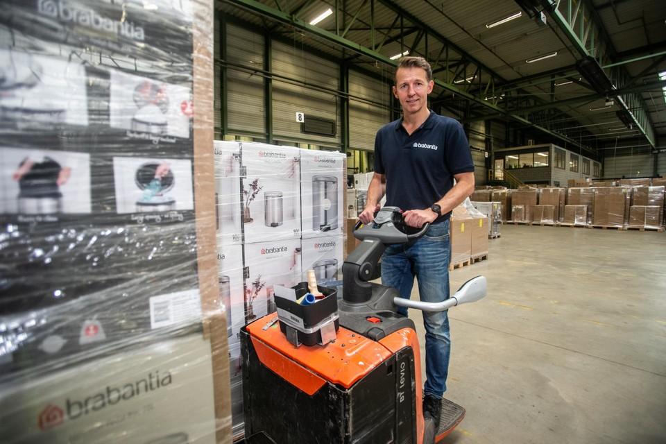 CEO Tijn Van Elderen aan de slag met de vorkheftruck in het distributiecentrum in Pelt.