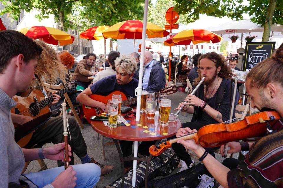 Straatmuzikanten rond een tafel vol pinten aan Trefpunt: het leken vrijdag wel gewoon Gentse Feesten.