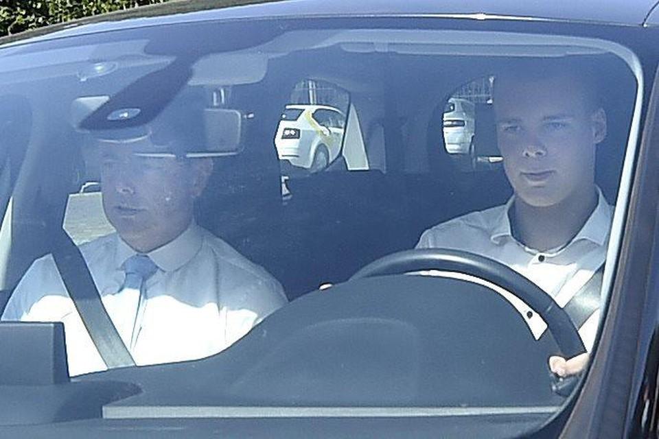 Bart De Wever liet zich zaterdagmiddag door zijn oudste zoon Hendrik naar de koning brengen.