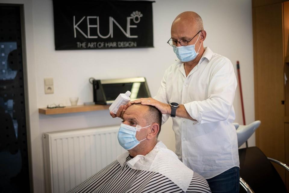 Bij de kapper blijft het mondmasker nog verplicht