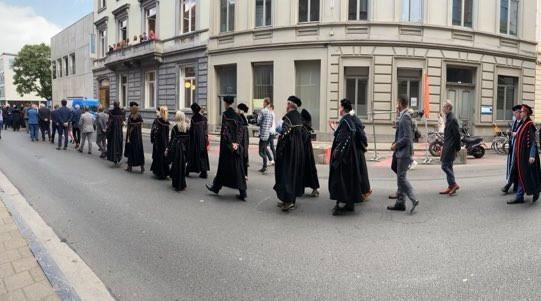 Stoet der Togati passeert de Sint-Pietersnieuwstraat
