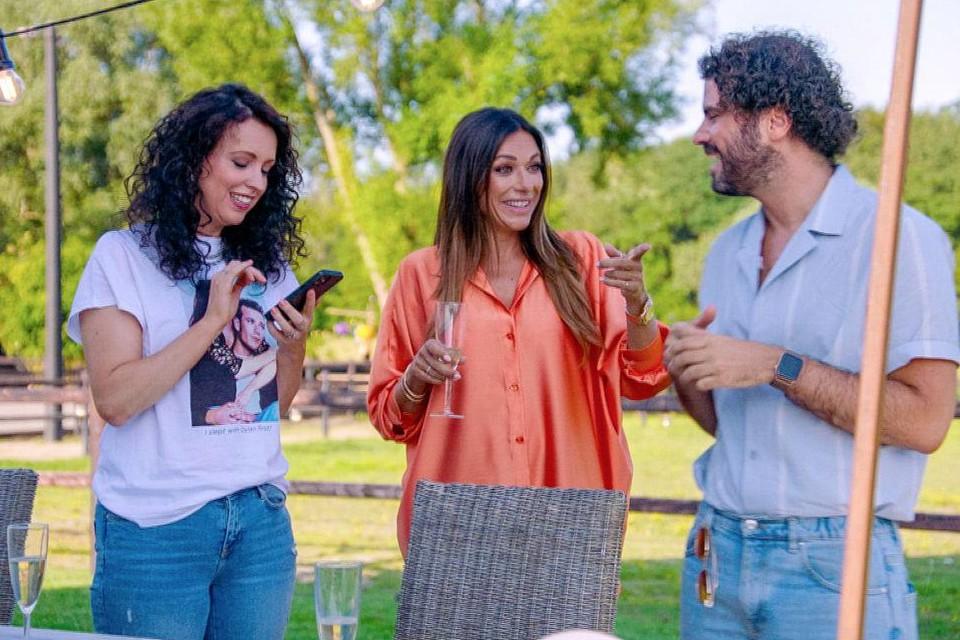 Anke Buckinx en Valerie De Booser leggen contact met Kürt Rogiers voor Riadh Bahri.