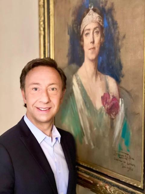 Programmamaker Stéphane Bern bij een schilderij van koningin Elisabeth.