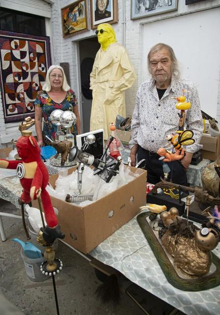 """""""In mijn atelier op zolder is het een grote chaos. Pas als ik mijn werken op een tentoonstelling zie, neem ik afstand en ontdek ik mijn werk"""", vertelt Raymond Minnen."""