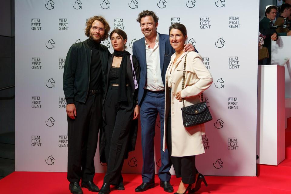 """""""Nog eens een première zoals het hoort, dat was lang geleden"""", zei acteur Ben Segers (tweede van rechts) met zijn echtgenote Lenny Van Wesemael (uiterst rechts)."""