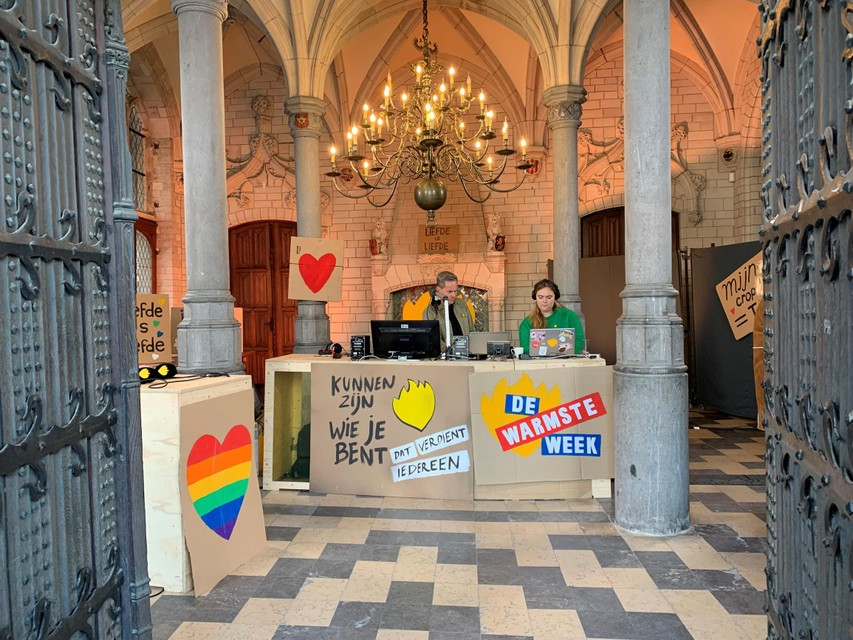De bekende dj's Peter Van de Veire en Fien Germijns lanceerden De Warmste Week tijdens een ochtendshow vanuit het stadhuis.