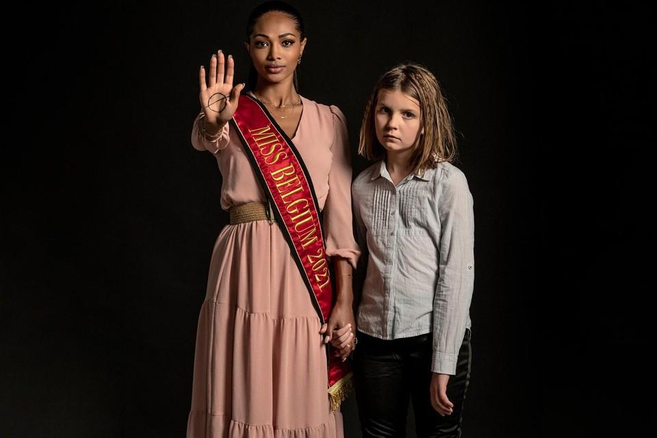 Miss België Kedist Deltour poseert met een kind voor de campagne van Pelicano.