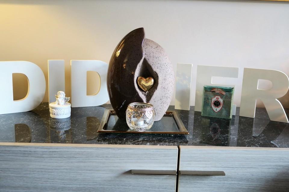 De urne met de as van Didier heeft een prominente plek in de woonkamer van Micheline.