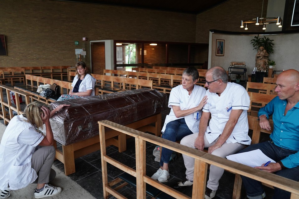 De acteurs repeteren in de kapel van het UZ Gent. Tijdens de voorstellingen zullen ze volledig uitgedost zijn in zelfontworpen kostuums