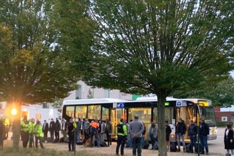 De bussen werden aan stadion De Leunen onderzocht.