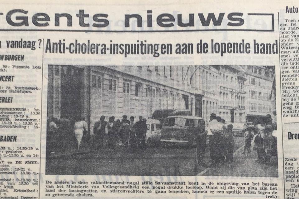 File voor een choleraspuitje in de Savaanstraat in 1971, net als vandaag voor een spuitje tegen Covid-19 in Flanders Expo.